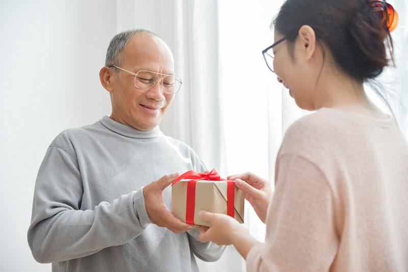 Sinh nhật bố nên tặng quà gì?