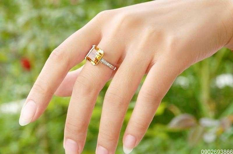 Mệnh Kim đeo nhẫn ngón nào? Đeo ngón nào nhận tài lộc?