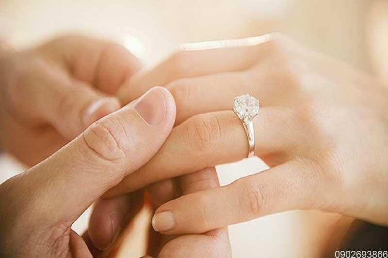 Mệnh Thổ đeo nhẫn ngón nào? Nhẫn phong thủy cho người mệnh Thổ